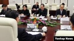 한국 측 6자회담 수석대표인 황준국 외교부 한반도평화교섭본부장(뒷모습)과 중국 측 6자회담 수석대표인 우다웨이 외교부 한반도사무특별대표(가운데 정면)가 14일 중국 베이징 외교부 청사에서 북한 4차 핵실험 대응 방안을 협의하고 있다.