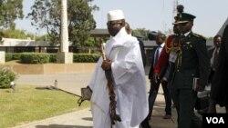 Shugaban Gambia Yahya Jammeh a shugabannin ECOWAS a taronsu a Abuja, Disamba 16, 2015.