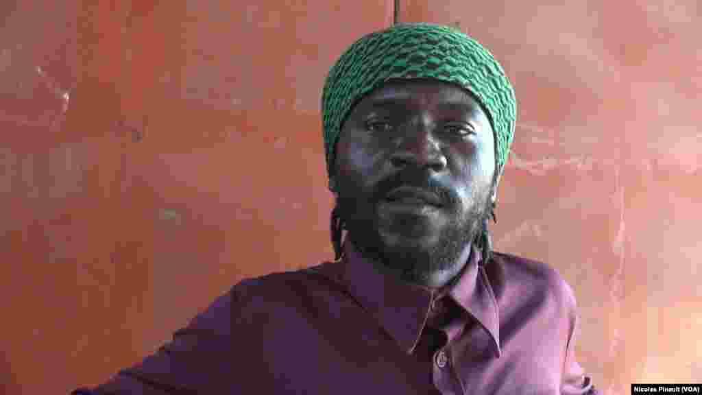 Henri est un Camerounais de Yaoundé. Il a quitté son pays en 2014 et a réussi à rejoindre le Maroc. Mais il n'a pas pu payer le bateau pour l'Espagne. Niamey, le 3 mars 2016. (VOA/Nicolas Pinault)