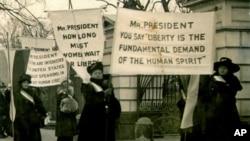Žene protestuju ispred Bele kuće tražeći pravo da glasaju, (fotografija datira iz 1918. godine)