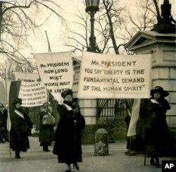 ووٹ کے حق کے لیے امریکہ میں خواتین 1918 میں مظاہرہ کررہی ہیں۔ (فائل فوٹو)