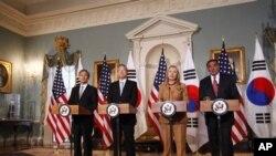 14일 워싱턴에서 회담한 미·한 외교·국방장관. 왼쪽부터 한국의 김관진 국방장관, 김성환 외교통상장관, 미국의 힐러리 클린턴 국무장관, 리언 파네타 국방장관.