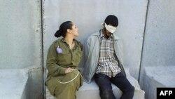 Hình đăng trên Facebook cho thấy hình bà Abergilbên cạnh tù nhân Palestine bị trói và bịt mắt