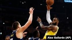 Lebron Džejms pokušava da doda okružen košarkašima Denvera, među kojima su Pol Milsap i Nikola Jokić (Foto: AP/Alex Gallardo)