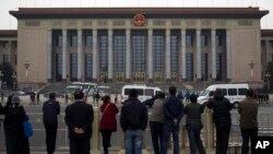 民眾旁觀警察在北京人民大會堂檢查入場者的身份。(2013年11月9日)