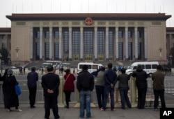 中共中央三中全会期间天安门广场上游客观看警察检查访问者