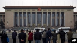 民众旁观警察在北京人民大会堂检查入场者的身份。(2013年11月9日)