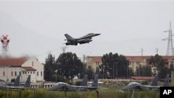 Wani jirgin yaki kirar F-16 na kasar Denmark, yana tashi daga sansanin mayakan saman NATO dake Sigonella a Italiya, lahadi 20 Maris 2011