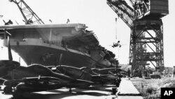 1950년 8월 3일 일본 해군 기지에 도착한 미군 에섹스급 항공모함에서 미 공군 소속 F-51 머스탱 전투기를 내리고 있다. 미군은 6.25 전쟁 발발 직후 한국군 지원을 위해 샌프란시스코 공군기지 있던 전투기를 긴급하게 일본으로 보냈다. 항공모함으로 태평양을 건너는 데 8일 7시간이 걸렸는데, 당시까지 가장 빠른 기록이었다. (자료사진)