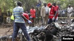 Regu penyelamat mengumpulkan jenazah para korban helikopter polisi yang jatuh di hutan wilayah Kobiko, daerah pinggir ibukota Nairoba, Kenya (10/6).