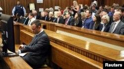 Južnoafrički atletičar Oskar Pistorijus u sudnici u Pretoriji