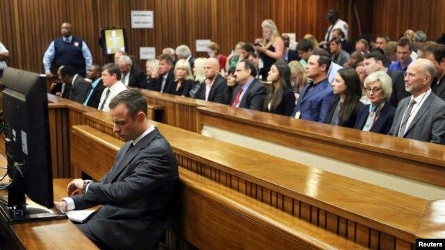 Oscar Pistorius ra trước tòa án ở Pretoria, Nam Phi, 3/3/14