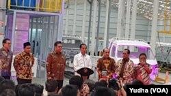 Presiden Jokowi didampingi sejumlah menteri Kabinet Kerja meresmikan PT SMK, Pabrik mobil Esemka, di Boyolali , Jumat, 6 September 2019. (Foto: VOA/Yudha)