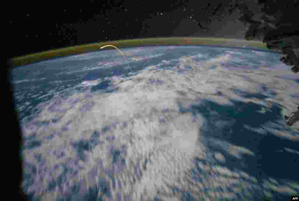 21 Tháng Bảy: Phi thuyền Atlantis trở về trái đất, ảnh do phi hành đoàn trên trạm không gian quốc tế chụp. Phi thuyền con thoi Atlantis và 4 phi hành gia trở về trái đất từ Trạm Không gian Quốc tế hôm thứ Năm, kết thúc cuộc hành trình 30-năm của chương tr
