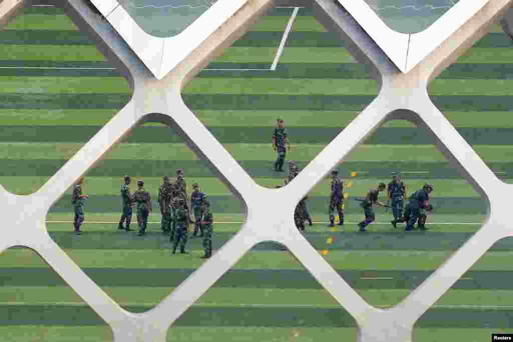2019年8月15日,比邻中国香港的深圳湾体育中心,中国武警正在进行演练。(路透社图片)