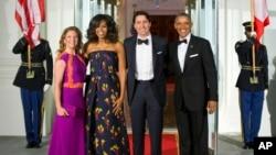 El presidente Barack Obama y la primera dama Michelle Obama posan junto al visitante primer ministro de Canadá Justin Trudeau y su esposa Sophie Grégoire en el Portal Norte de la Casa Blanca, antes de la cena de estado que Obama ofreció a los Trudeau el jueves 10 de marzo de 2016.