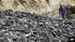 工人在煤礦整理煤炭(資料圖片)