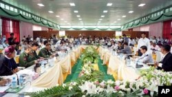Burmese government negotiators meet with representatives of the Kachin Independence Organization during their third day of cease fire talks in Myitkyina, Kachin State, May 30, 2013.