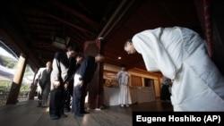 一组日本国会议员参拜东京靖国神社。(2014年10月17日)