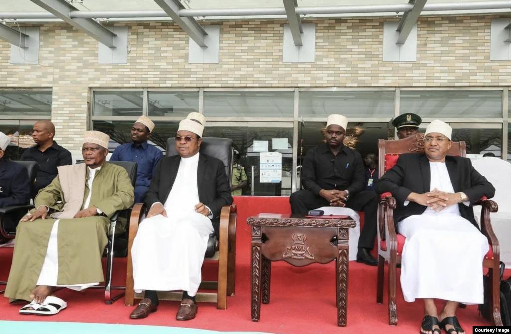 Mgeni rasmi katika mashindano ya Quran ya 21 Rais wa Zanzibar na Mwenyekiti wa Baraza la Mapinduzi Hussein Mwinyi (wakwanza kulia), Waziri Mkuu Kassim Majaliwa (katikati) na Mufti wa Tanzania, SheikhSheikh Abubakar Zubeir Ally.