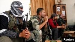 13일 시리아 라카 지역의 군사 본부에 모여서 회의중인 시리아 반군 단체.
