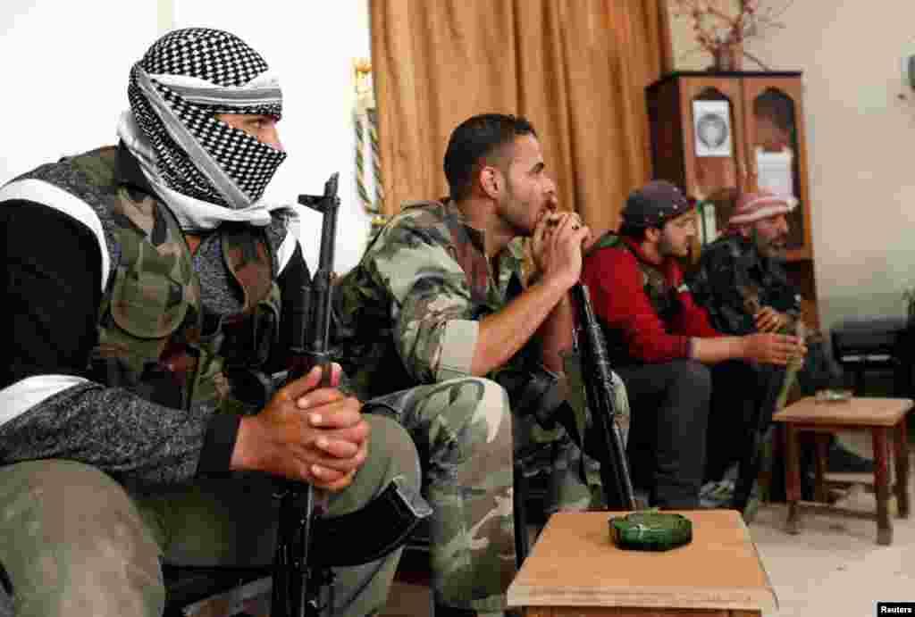 Azad Suriya ordusunun döyüşçüləri komandirləri ilə birlikdə yeni plan hazırlayır