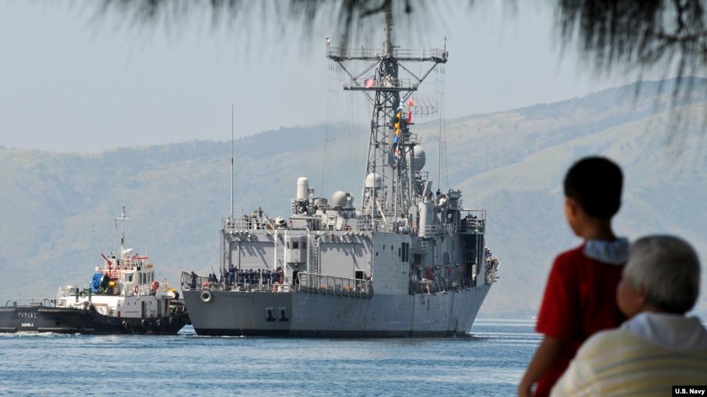 美国一艘导弹护卫舰2010年10月18日在参与美菲联合军演后离开苏比克湾(美国海军照片)(photo:VOA)