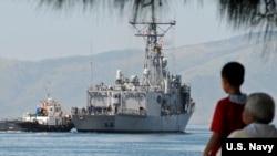美國一艘導彈護衛艦2010年10月18日在參與美菲聯合軍演後離開蘇比克灣(美國海軍照片)