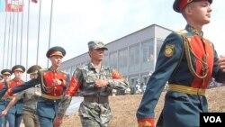 在8月份奥卡河上有中国工程部队参加的俄罗斯国际军事比赛中,比赛开幕式上的俄中仪仗兵。