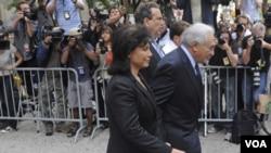 Mantan Kepala IMF, Dominique Strauss-Kahn keluar dari pengadilan di Manhattan, New York didampingi isterinya, Anne Sinclair (6/6). Kahn mengaku tidak bersalah atas tuduhan kejahatan seksual.
