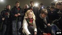 Ruski građani polažu cveće u znak žalosti za poginulima u samoubilačkom napadu na aerodrom Domodedovo, u Moskvi
