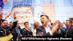 Ukrayna prezident seçkilərində namizəd Vladimir Zelenski seçki qərargahında exit-poll nəticələrinə reaksiya göstərir
