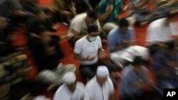 Muslim mengenakan masker saat salat Jumat di masjid Istiqlal di Jakarta (foto: ilustrasi).