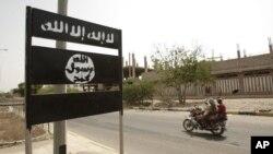 Logo al-Qaida terlihat di rambu jalan di kota Jaar di provinsi Abyan selatan, Yaman, 15 Juni 2012. (Foto: AP)