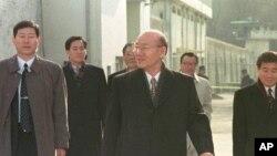 Cựu tổng thống Chun Doo-hwan (giữa) rời nhà tù Anyang với các trợ thủ sau khi ông được thả với lệnh ân xá đặc biệt, 22/12/1997. (AP Photo/ Yun Jai-hyoung)