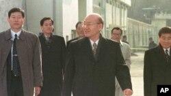 Mantan Presiden Korea Selatan Chun Doo-hwan (tengah) saat meninggalkan Penjara Anyang menyusul amnesti khusus, pada 1997.