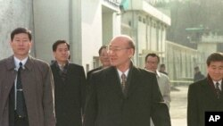 Mantan Presiden Korea Selatan Chun Doo-hwan (tegah) saat dibebaskan dari penjara Anyang setelah memperoleh amnesti khusus, 22 Desember 1997 (Foto: dok). Parlemen Korea Selatan memperpanjang batas waktu penagihan utang mantan Presiden Chun Doo-hwan dari bulan Oktober tahun 2013 hingga tahun 2020, Kamis (27/6).