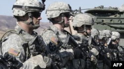 Binh sĩ Hoa Kỳ tại Nam Triều Tiên. Theo chiến lược quốc phòng mới của Hoa Kỳ, Washington sẽ duy trì các căn cứ quân sự lớn tại Nhật Bản và Nam Triều Tiên