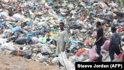De jeunes fouillent dans les ordures de la décharge de Mindoubé, à Libreville, le 18 juin 2021.