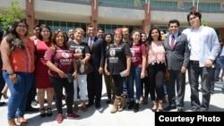 美国加州检察长贝塞拉(中间着西服者)和支持移民团体。
