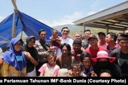 Luhut Binsar Panjaitan bersama Secretary of Fund and Director IMF, Jianlin Hai mengunjungi Posko Pengungsian Gempa dan Tsunami di Kelurahan Duyu, Palu, Sulawesi Tengah, Jumat (5/10), dan menyerahkan secara simbolin bantuan beras sebanyak 20 ton dan bahan