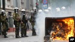 Kunjungan Kanselir Jerman di Yunani disambut dengan unjuk rasa para demonstran yang marah atas langkah-langkah penghematan pemerintah (9/10).