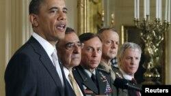 Prezident Barak Obama 2011-yilning yozida general Deyvid Petreusni (chapdan uchinchi) Markaziy razvedka boshqarmasiga direktor, general Jon Allenni (o'ngdan ikkinchi) esa Afg'onistondagi xalqaro koalitsiyaga bosh qo'mondon etib tayinlagan edi.