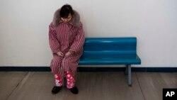 지난해 2월 북한 평양의 한 산부인과 병원 복도에 여성 환자가 앉아있다. (자료사진)