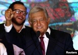 좌파 성향의 안드레스 마누엘 로페스 오브라도르 멕시코 대통령 후보가 지난 1일 선거에서 당선된 후 멕시코 시티에서 지지자들을 향해 연설하고 있다.