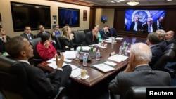 1일 백악관에서 바락 오바마 미국 대통령이 존 케리 미 국무장관으로부터 이란 핵협상에 관한 진전사항을 보고받고 있다.