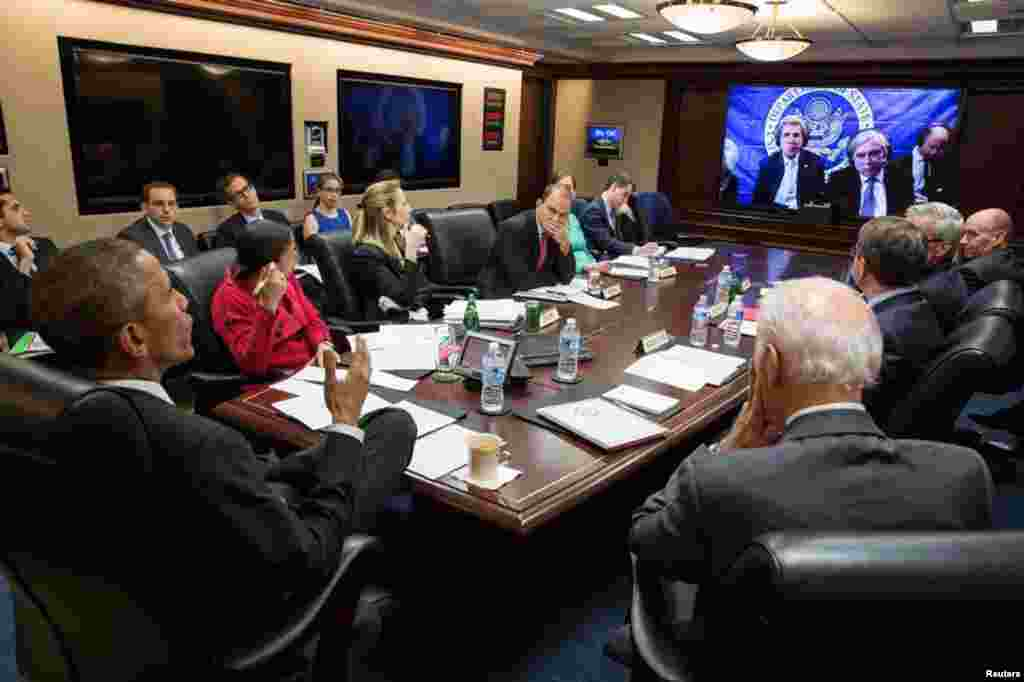 U.S. President Barack Obama (left) receives an Iran negotiations update in the White House Situation Room from Secretary of State John Kerry, Washington, April 1, 2015.