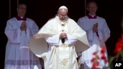 로마 가톨릭 프란치스코 교황 (가운데. 지료사진)