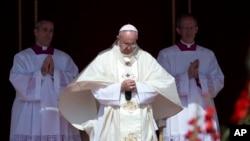 天主教教宗方济各在梵蒂冈圣彼得广场主持一个宗教仪式。 (资料照片)