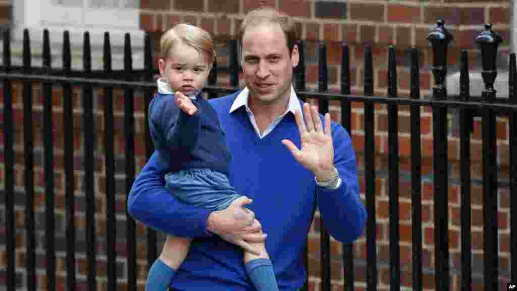 اسپتال کے باہر شہزادہ ولیم کے ہمراہ شہزادہ جارج کو بھی دیکھا گیا،جنھیں شہزادہ ولیم خاص طور پر ان کی بہن سے ملوانے کے لیے لائے تھے۔